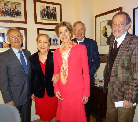 La Embajadora de Colombia en España, Carolina Barco, posa con la Presidenta de la Fundación, Benita Ferrero-Waldner, y los tres Vicepresidentes, Ángel Durández, Carsten Moser y Emilio Cassinello