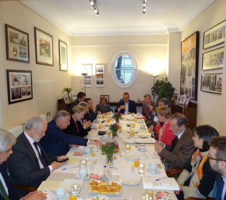 Invitados al desayuno-coloquio, con Carolina Barco, como invitada de honor