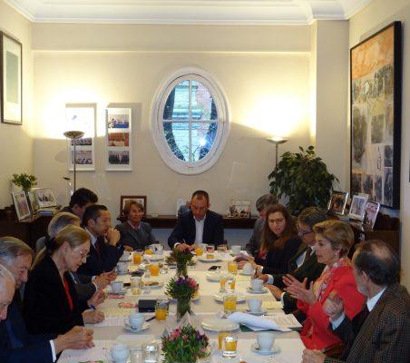 Invitados al desayuno-coloquio, con la Embajadora de Colombia en España, Carolina Barco