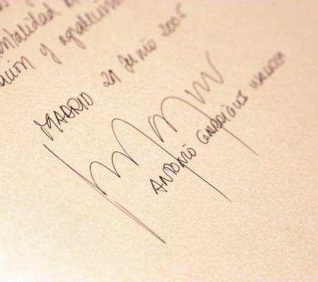 Firma de Antonio Garrigues en el libro de honor