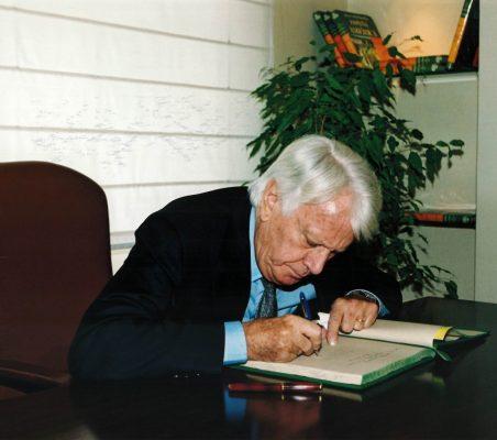 Jorge Semprún firmando en el libro de honor