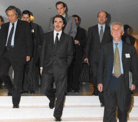 José María Aznar, Pte. del Gobierno de España, con Tristan Garel-Jones, Pte. de la Fundación Euroamérica, y Ramón Aguirre, Pte del ICO