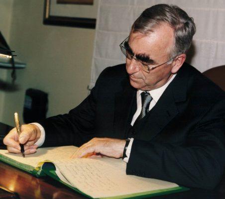 Theo Waigel firmando el libro de la Fundación