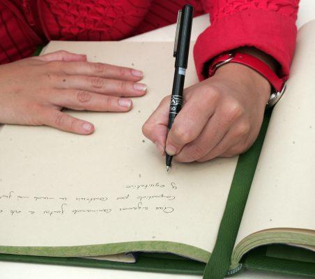 Leire Pajín Firmando en el libro de honor
