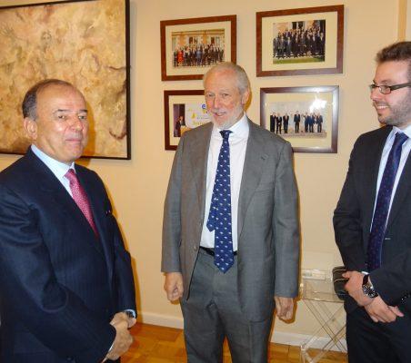 El Embajador Claudio de la Puente, José Luis López-Schümmer y Alberto Furlan