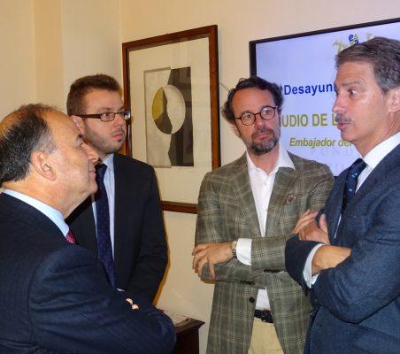El Embajador Claudio de la Puente conversa con J. Ignacio Salafranca, en presencia de Alberto Furlan y David Suriol