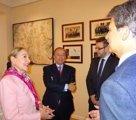 Benita Ferrero-Waldner conversa con José Ignacio Salafranca, en presencia del Embajador Claudio de la Puente y Alberto Furlan