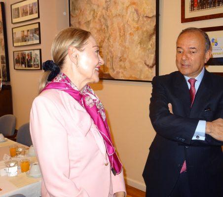Benita Ferrrero-Waldner conversa con el Embajador del Perú en España
