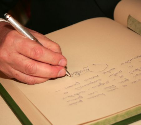 Roberto Civita firmando en el libro de honor