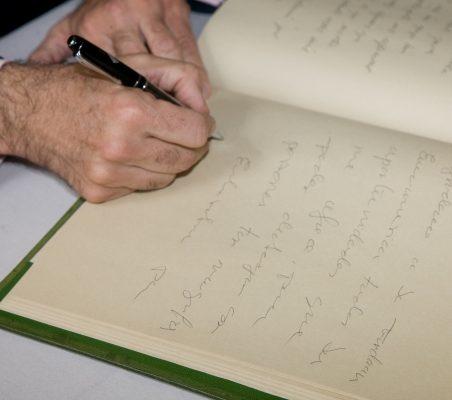 firma en el libro de honor