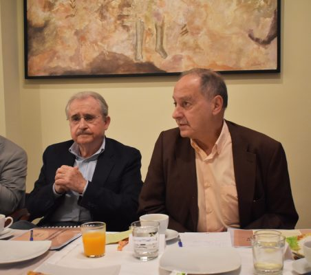 Interviene Fernando Lara. A su derecha, Juan Carlos Lossada y José Jacoste
