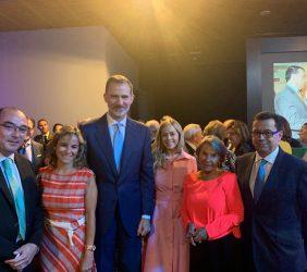 S. M. el Rey, con un grupo de empresarios y representantes mexicanos, y Luisa Peña, Directora General de la Fundación