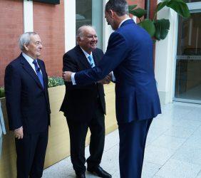 S.M. el Rey saluda a Enrique V. Iglesias, en presencia de Carlos Solchaga