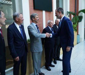 S.M. el  Rey saluda a José Ignacio Salafranca