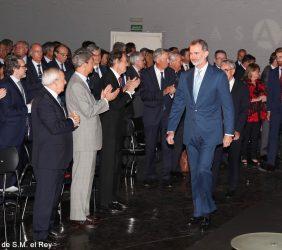 S. M. el Rey entra en el Salón de actos, donde recibe el aplauso de bienvenida