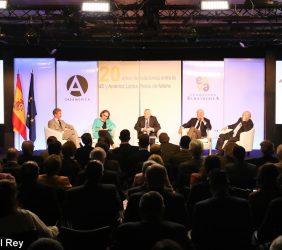 """Plano general de la Mesa redonda, """"1999-2019: Evolución de las relaciones entre UE y América Latina. Retos de futuro"""""""