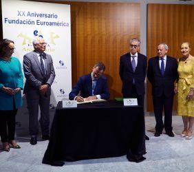 S.M. el Rey firma en el Libro de Honor, en presencia de Rebeca Grynspan, Josep Borrell, Ramón Jáuregui, Carlos Solchaga y Benita Ferrero-Waldner