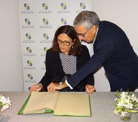 Cecilia Malmström firma en el libro de honor, en presencia de Ramón Jáuregui