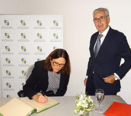 Cecilia Malmström firma en el libro de honor