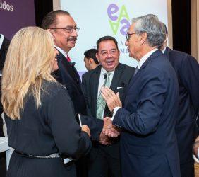 El presidente Ramón Jáuregui saluda al Subsecretario