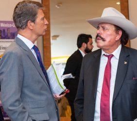 Vicepresidente de la Fundación Euroamérica, José Ignacio Salafranca, saluda a su llegada al Senador Santana Armando Guadiana