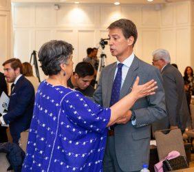 Senadora Beatriz Paredes saludando al Vicepresidente de la Fundación Euroamérica, José Ignacio Salafranca