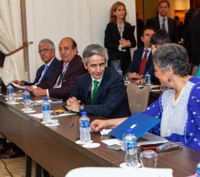 Senadora Beatriz Paredes habla con José Enrique Alba