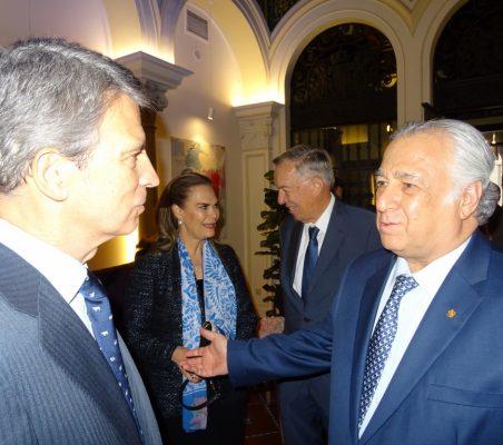 José Ignacio Salafranca y Miguel Torruco Marqués. Al fondo, Gloria Garza y Carsten Moser