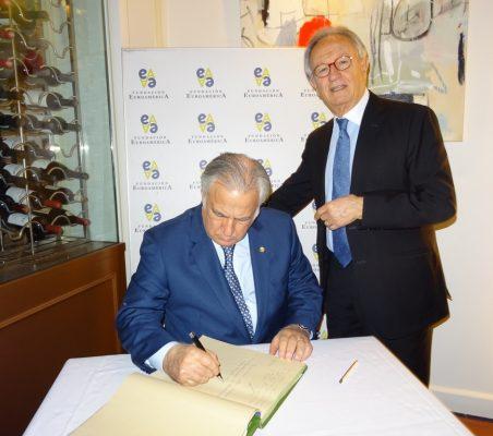 Miguel Torruco firma en el libro de honor, en presencia de Ángel Durández