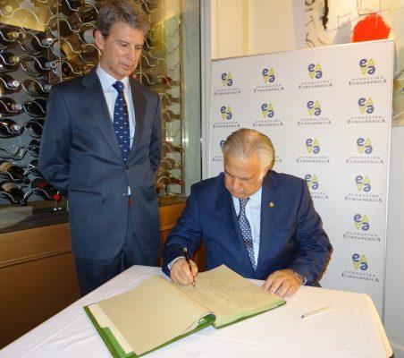 El Secretario de Turismo de México firma el libro de honor, en presencia del Vicepresidente de la Fundación Euroamérica