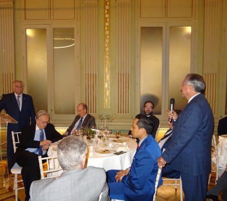 El secretario de Turismo de México (al fondo) escucha una pregunta en el coloquio