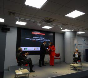 Luis Carranza entrega el informe a Rebeca Grynspan